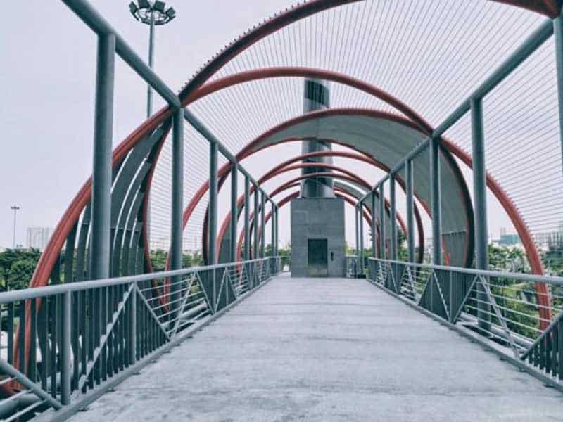 Cầu đi bộ đi qua công viên Vinhomes Central Park