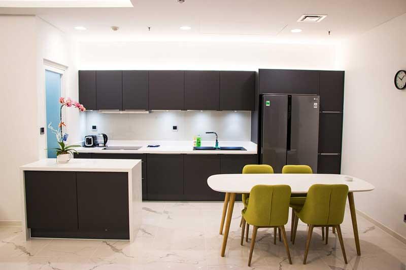 Phòng bếp mở được thiết kế theo phong cách hiện đại