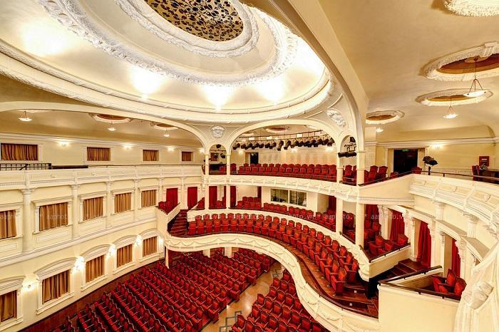 rạp hát hòa bình rộng lớn và hiện đại