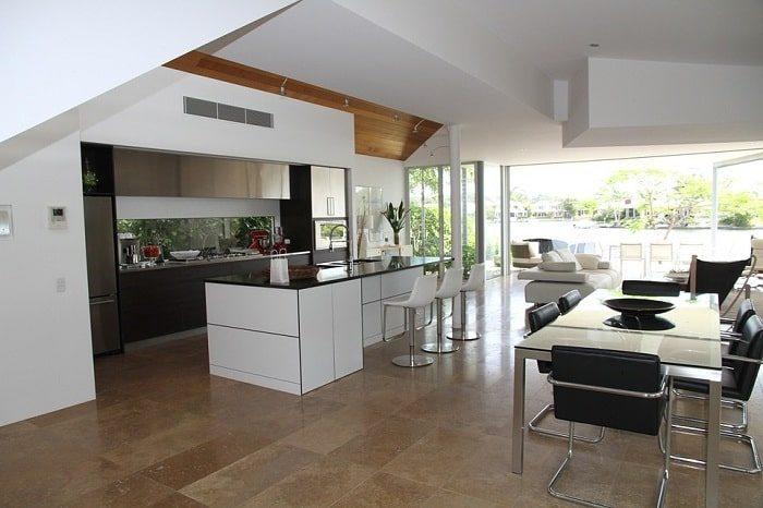 Thiết kế nội thất phòng bếp liền với phòng khách tạo không gian rộng rãi